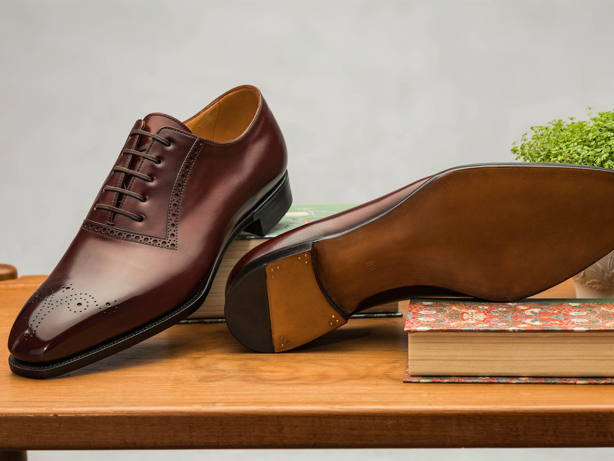 The sole has a bevelled waist and a narrow stitching which continues in under the heel