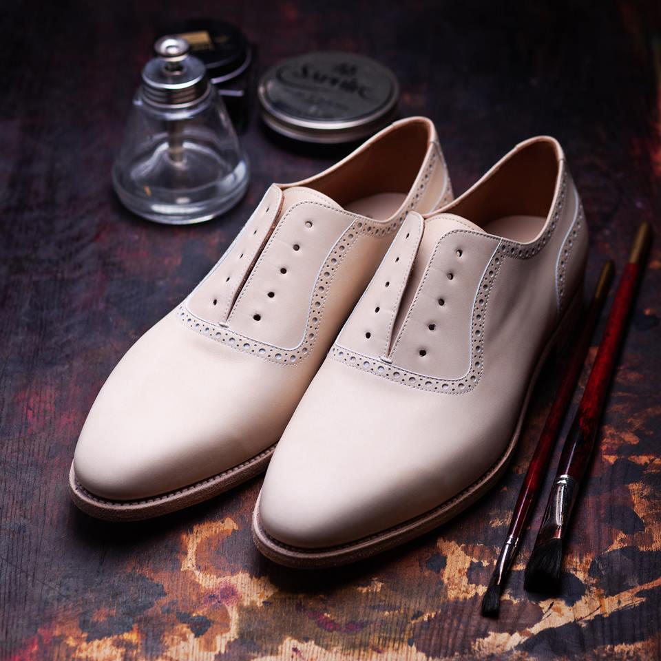 Buty z surowej skóry przygotowane do malowania.