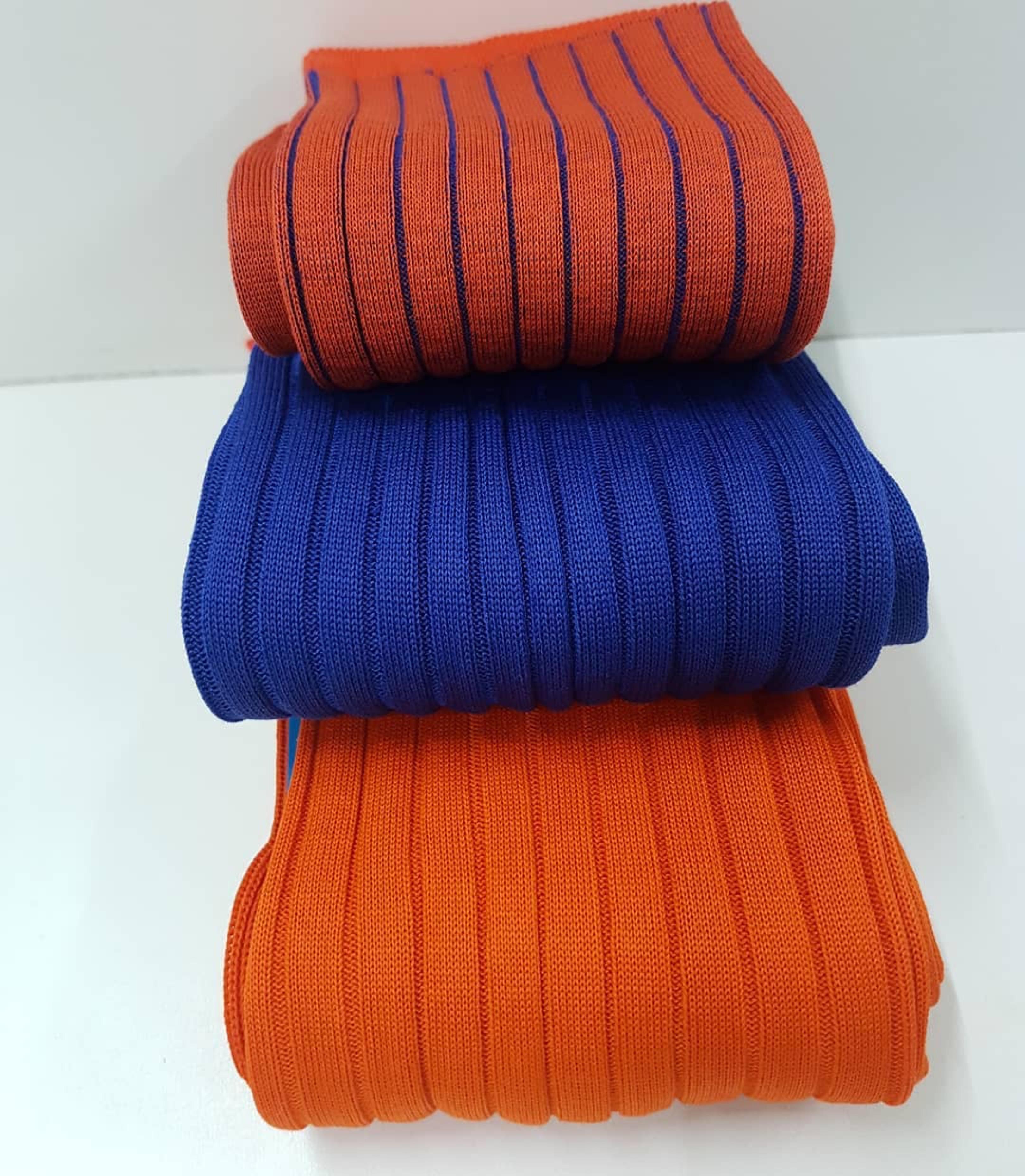 Męskie skarpety - niebieskie i pomarańczowe.