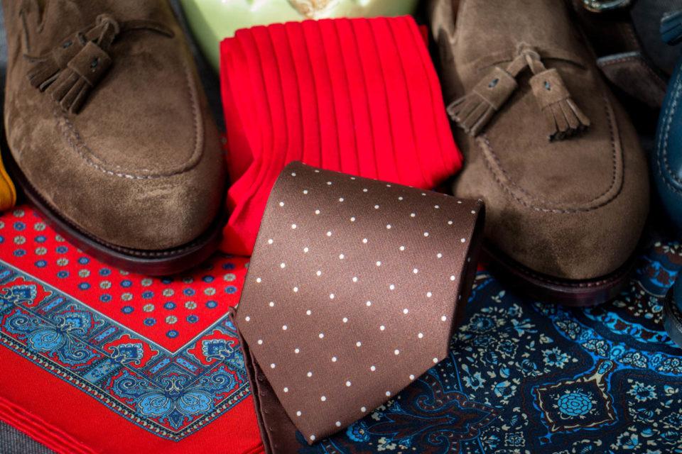 Brązowy krawat w kropki