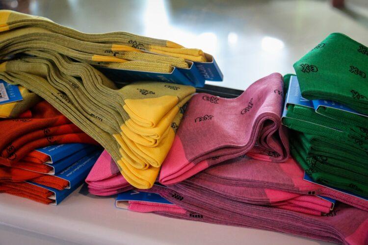 pomysł na prezent dla faceta - kolorowe skarpetki garniturowe