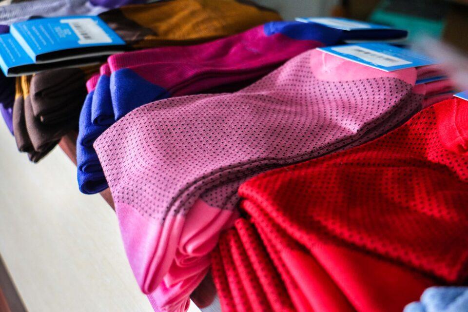 Męskie skarpety garniturowe z egipskiej bawełny. Wielokolorowe skarpetki to idealny pomysł na prezent.