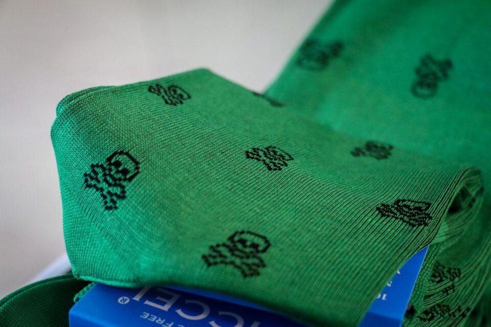 zielone skarpetki w czachy, czaszki