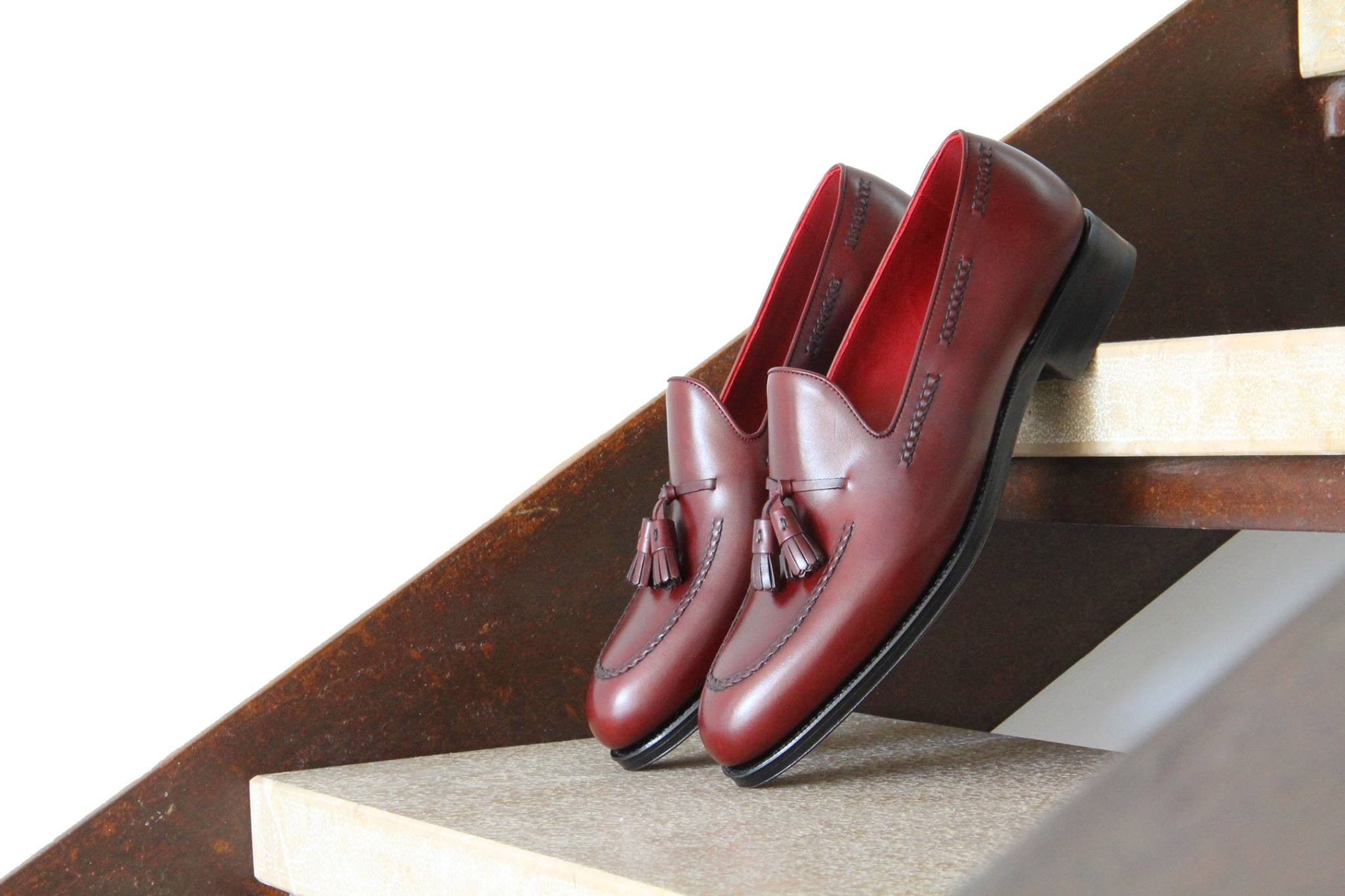Bordowe obuwie mokasyny tassel loafers