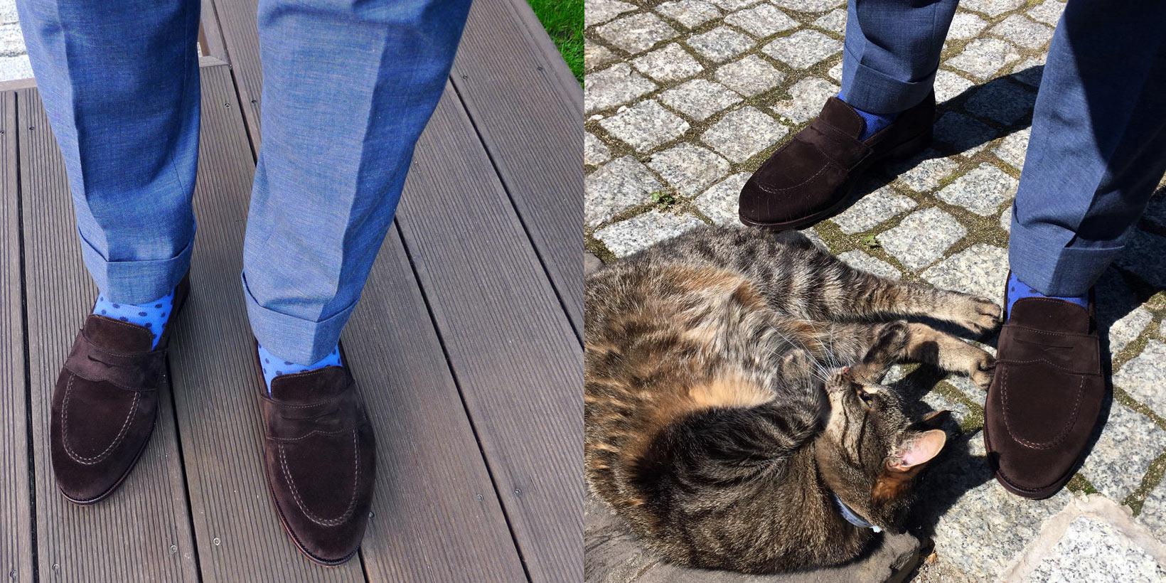 Mokasyny męskie stylizacje, penny loafers ciemny zamsz, niebieskie spodnie, niebieskie skarpety
