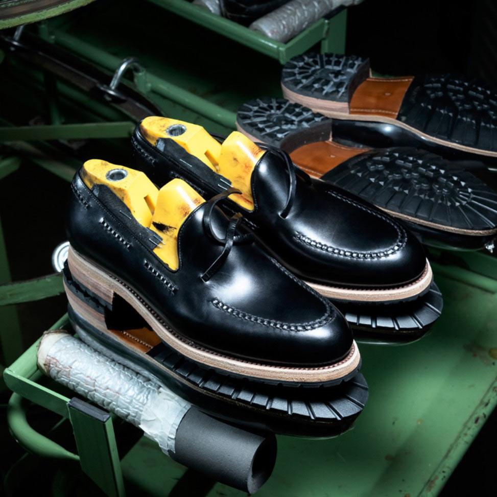 Gumowe spody w butach tassel loafers, czarne mokasyny